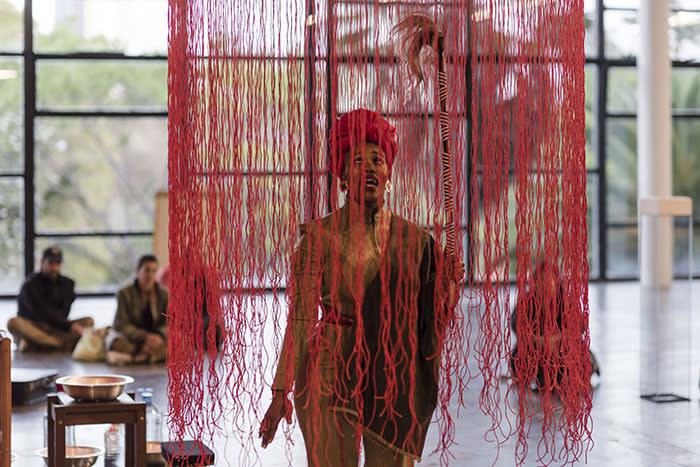 Performance de Lhola Amira na exposição de Wura-Natasha Ogunji. Abertura para convidados da 33a Bienal de São Paulo. © Leo Eloy / Estúdio Garagem / Fundação Bienal de São Paulo