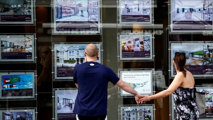 A couple view properties for sale in an estate agents window in London, Britain August 22, 2016.  REUTERS/Peter Nicholls/File Photo  - D1BETYKFBUAC