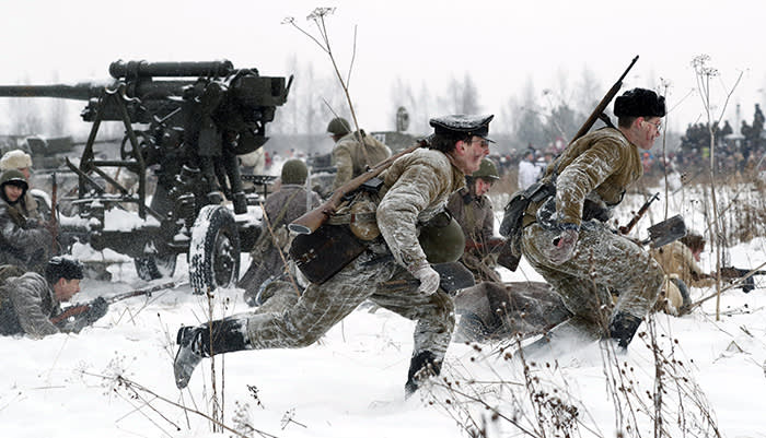 epa06460795 Members of a historical military club participate in the World War II battle re-enactment marking the 75th anniversary of the breakthrough of the Nazi Siege of Leningrad (Soviet-era name of St.Petersburg) in WWII, near village Sinyavino, outside St. Petersburg, Russia, 21 January 2018. According to various sources, up to 700,000 civilians died from hunger, cold, shelling and air bombardment in a siege that lasted 900 days. EPA/ANATOLY MALTSEV