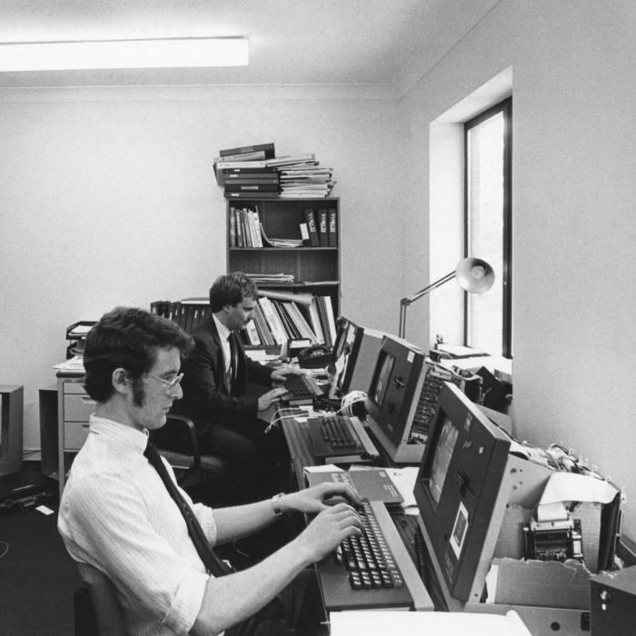 Ingénieurs en informatique au travail dans une sociétés basées sur le site de recherche du Cambridge Science Park en septembre 1984, Royaume-Uni. (Photo by Xavier TESTELIN/Gamma-Rapho via Getty Images)