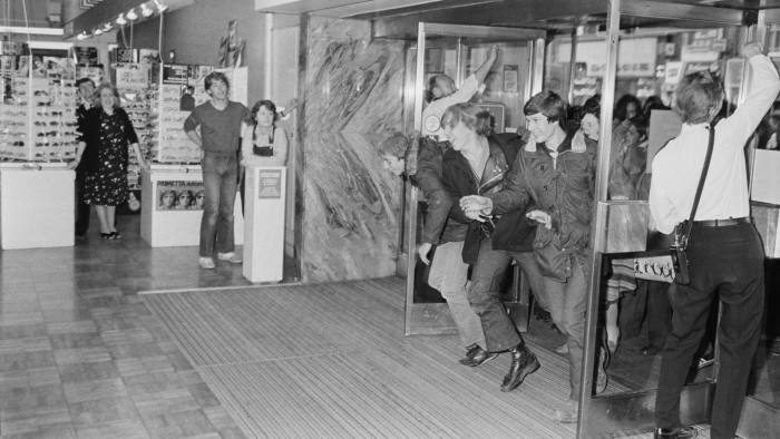 Shoppers running through the door of a Debenhams department store at the beginning of the sales season, UK, 10th July 1980. (Photo by Evening Standard/Hulton Archive/Getty Images)