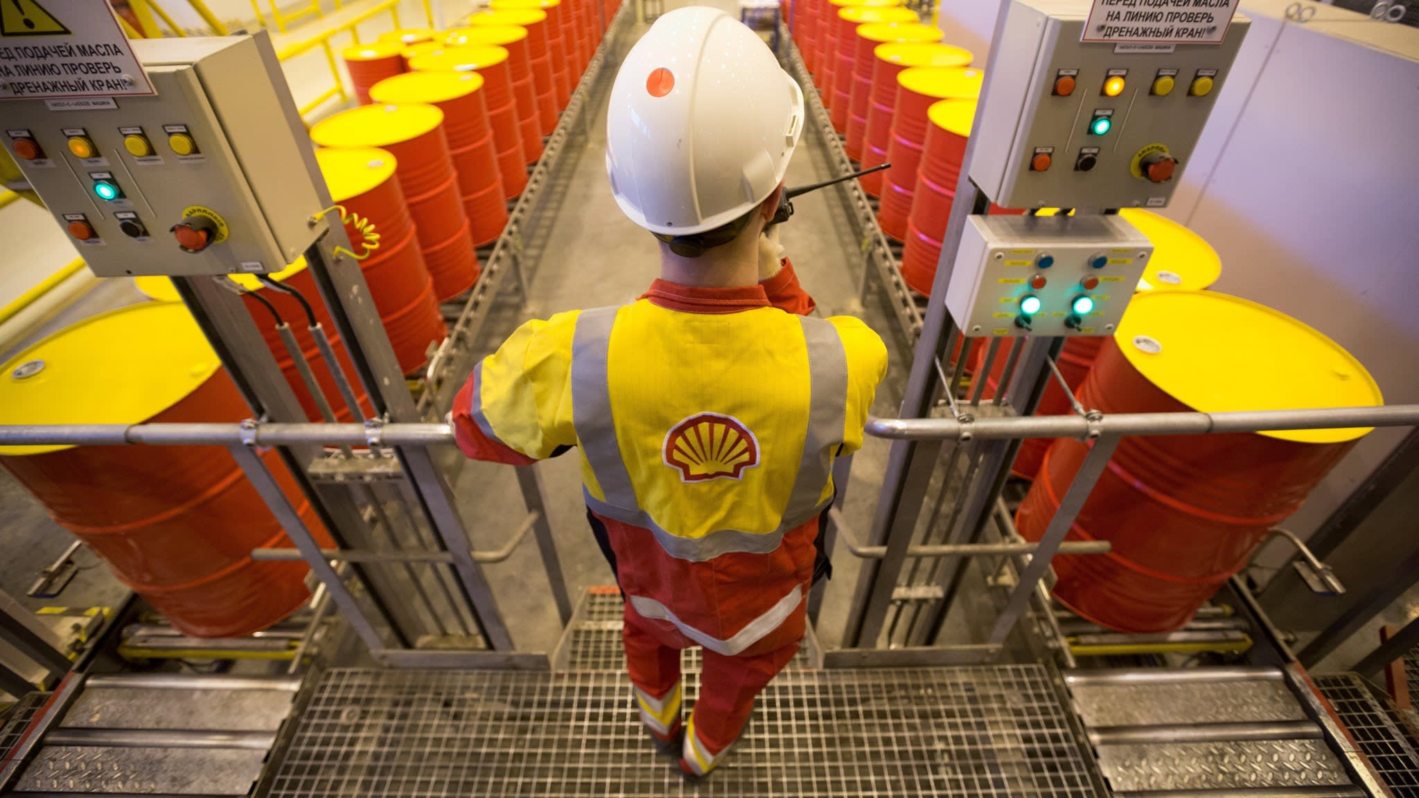 Shell yields to investors by setting target on carbon footprint