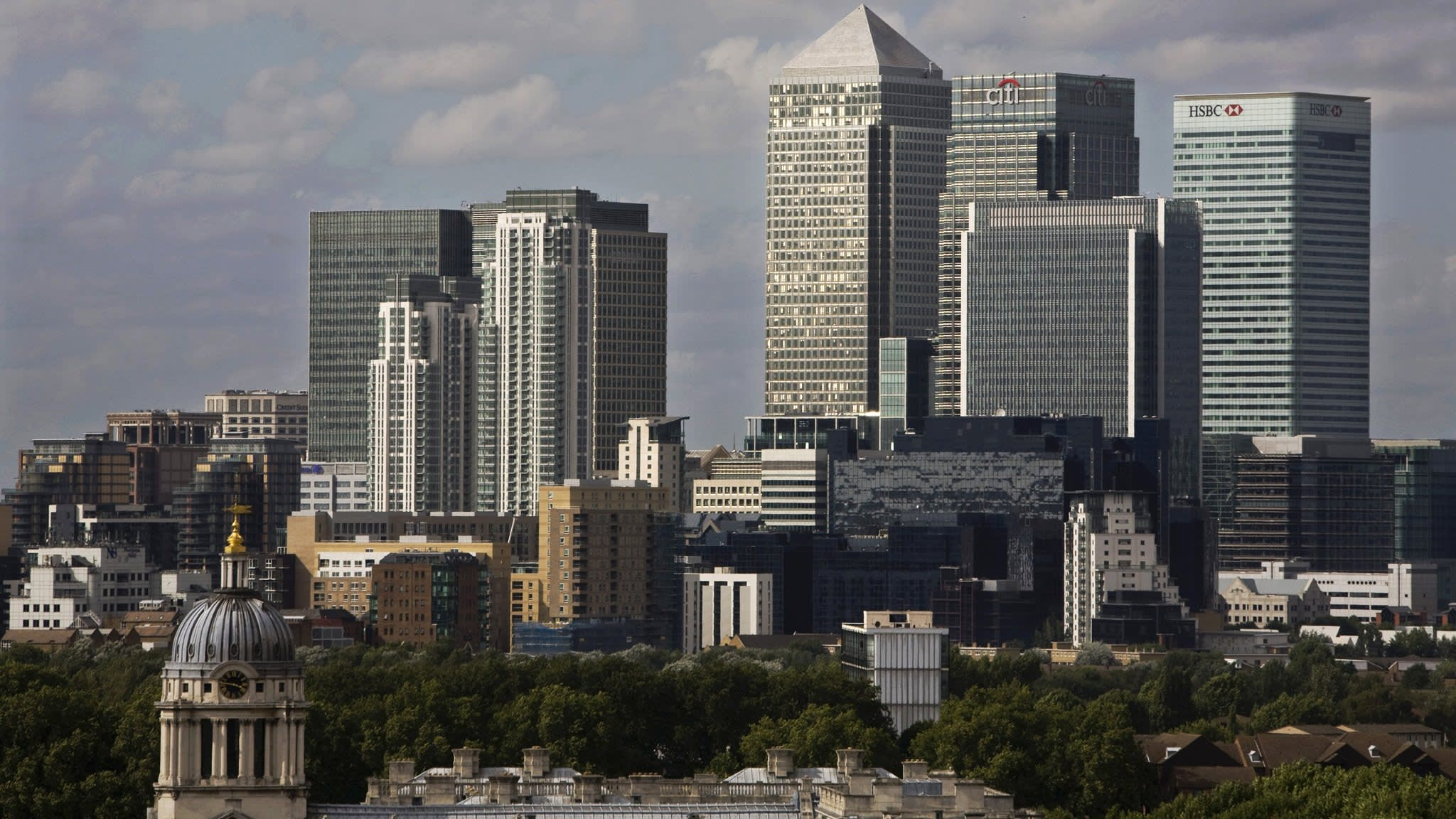 Europe's top 4 investment banks hire staff for busier times