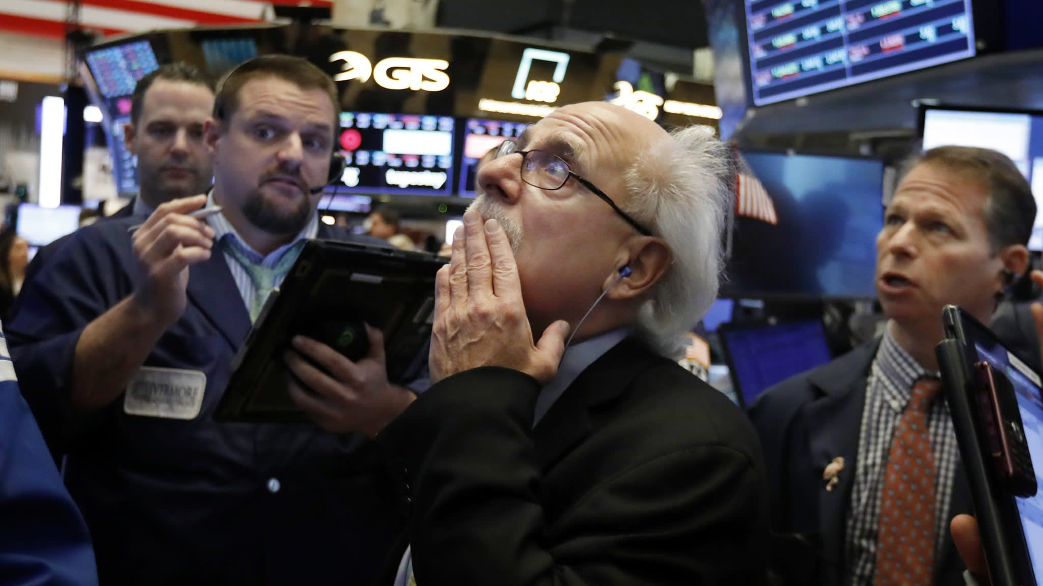 US stocks tumble as bank sell-off accelerates
