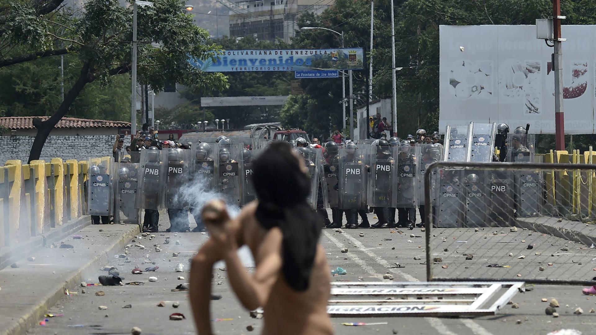 Deadly clashes in Venezuela as Maduro blocks aid