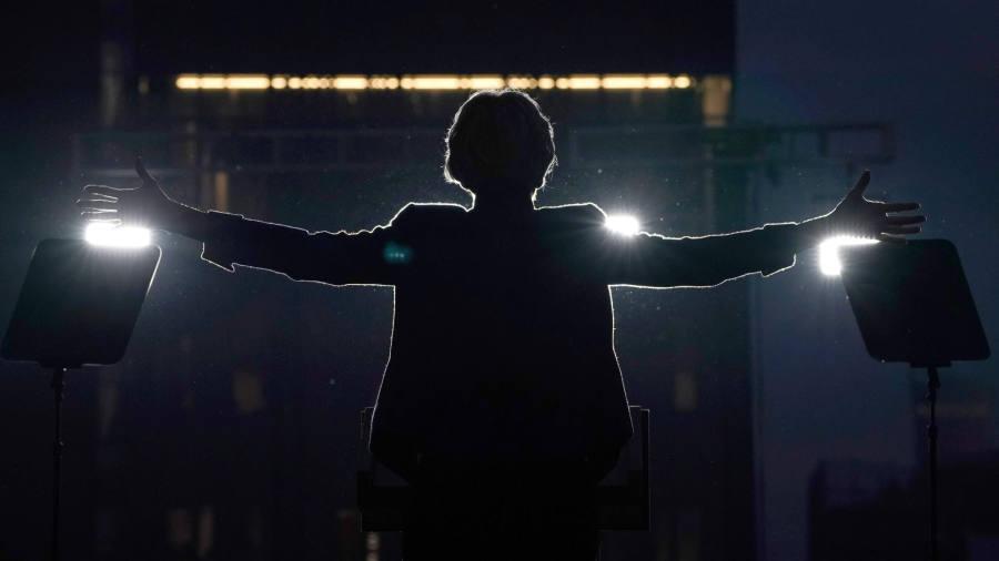 Elizabeth Warren gains momentum to lead Democratic field