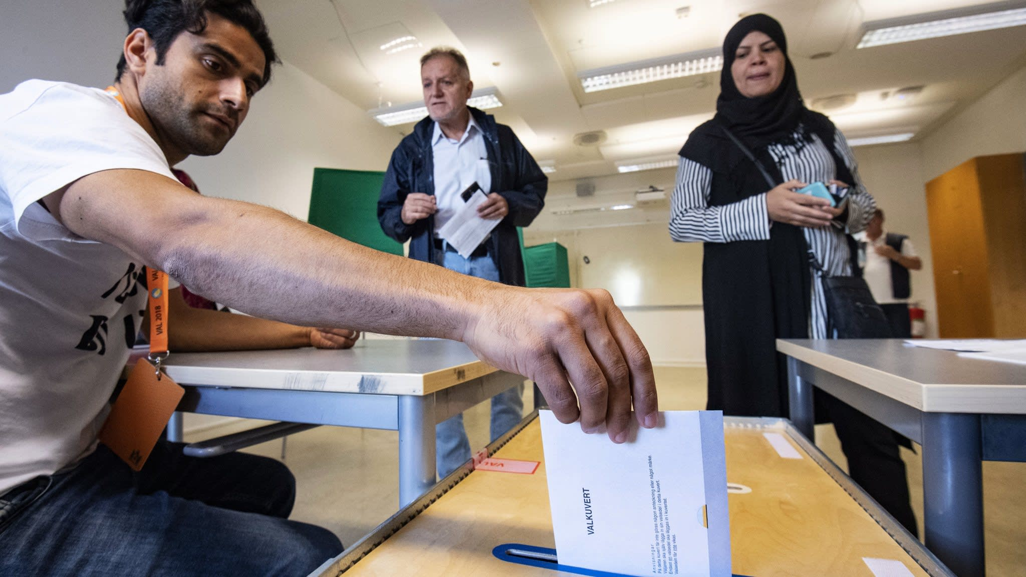 Sweden vote sees right, and left, chip away at centre ground