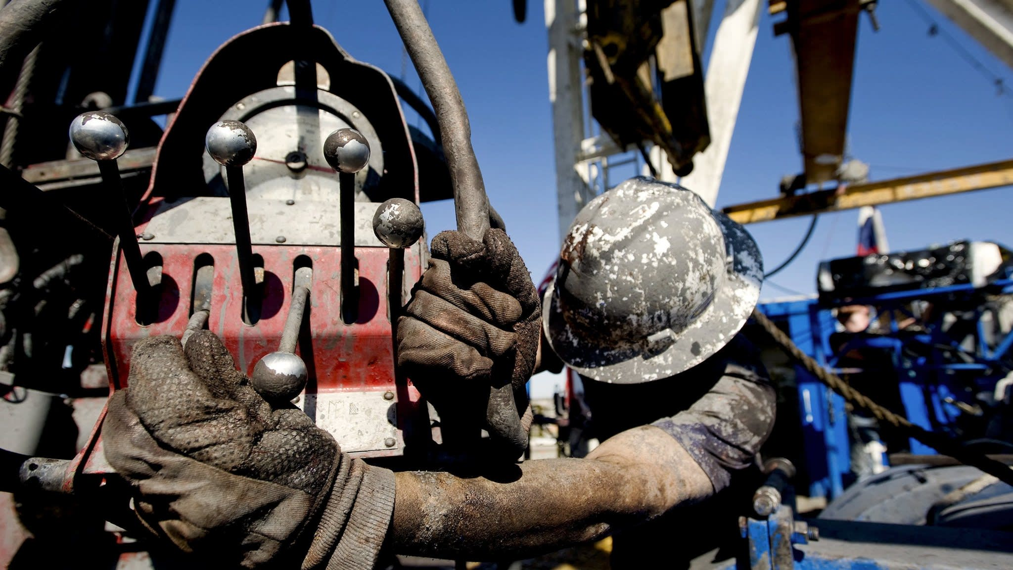 Oil price tumbles as US-China trade war grows
