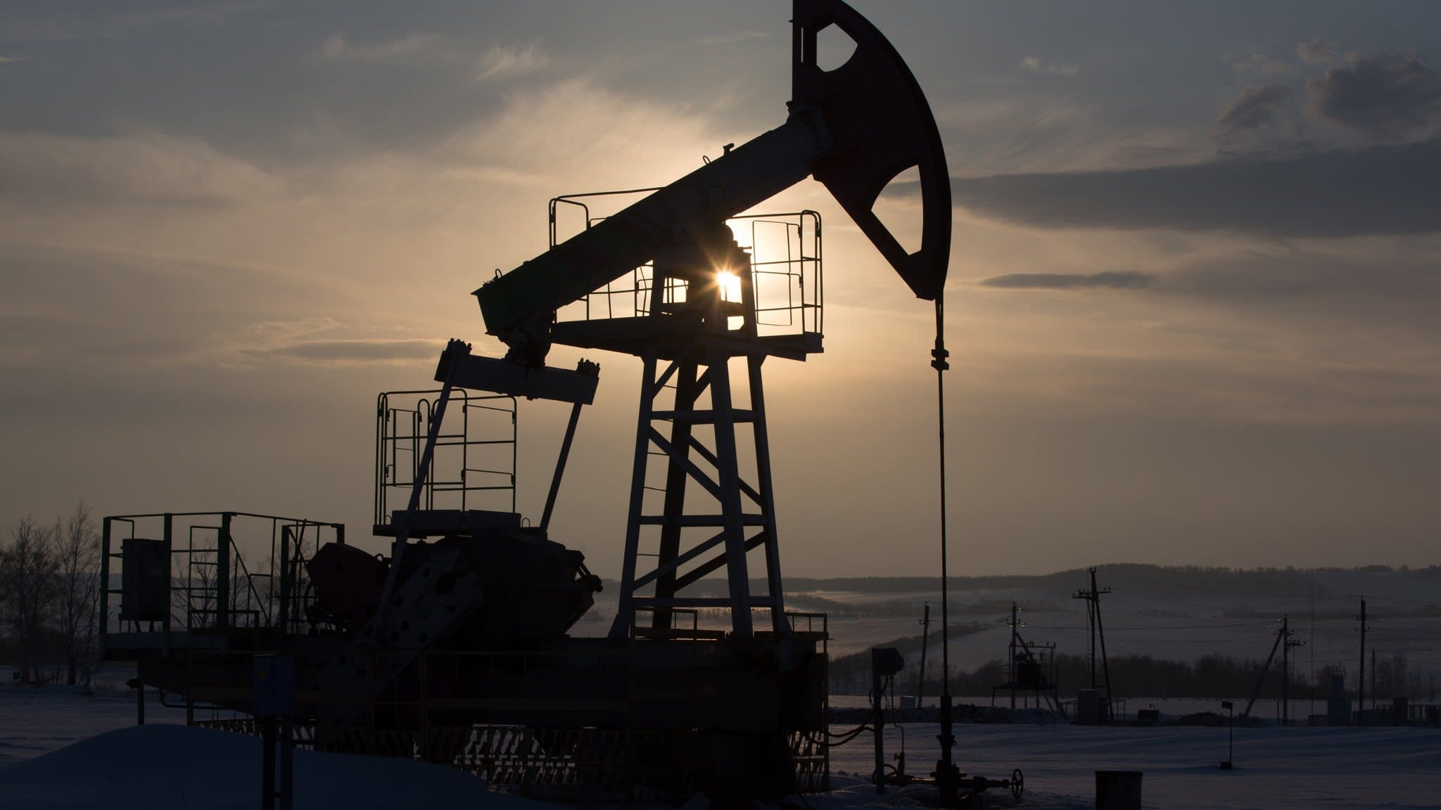 Oil climbs above $85 a barrel as funds wager on Iran sanctions