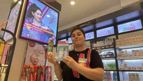 A sales assistant shows off K-Beauty products at a Watsons store. Watsons has a dedicated section for Korean cosmetics in most of its stores in Turkey. (Photo by Sinan Tavsan)