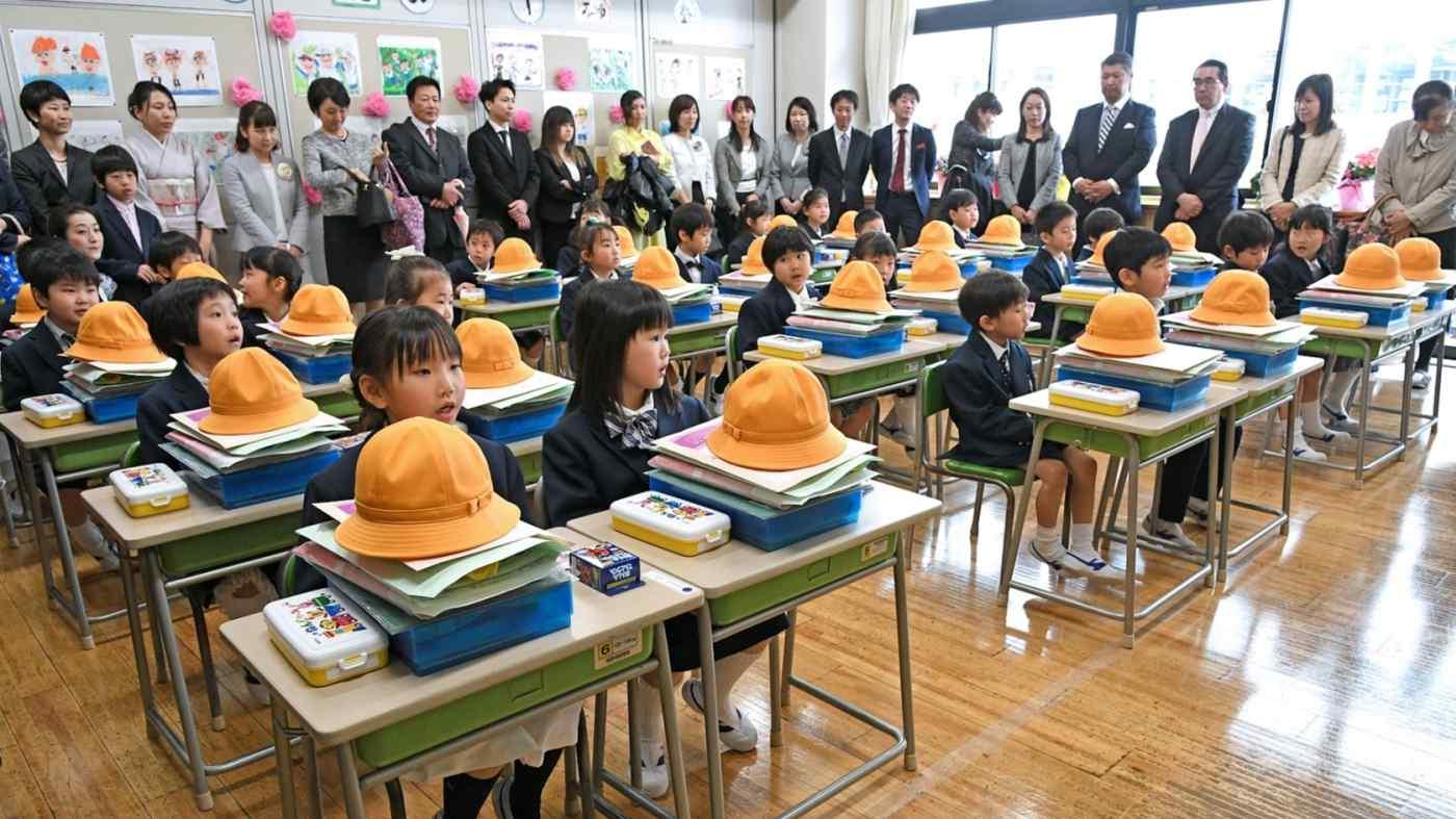 una classe di bambini giapponesi e genitori