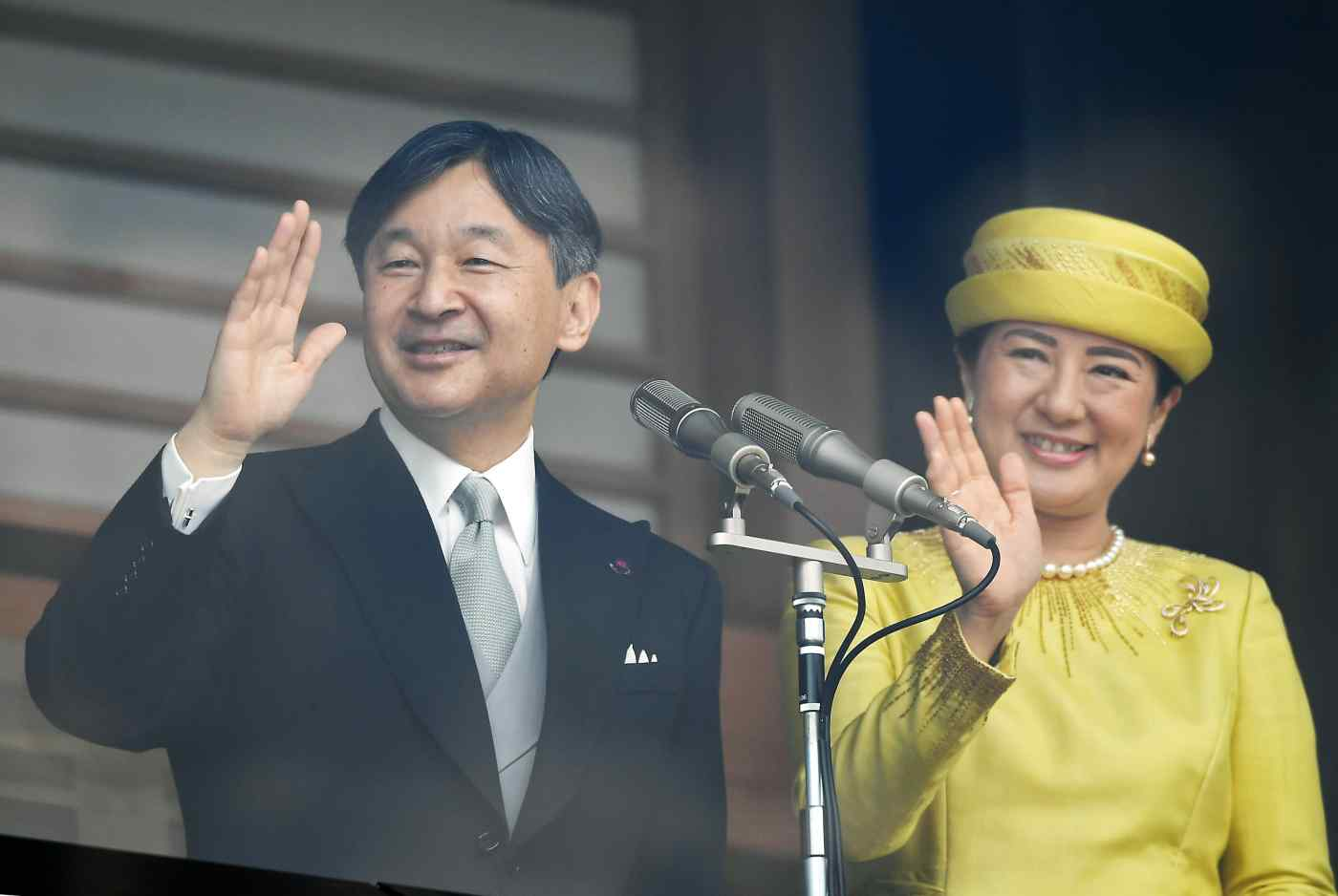 Emperor Naruhito and Empress Masako wave to the thousands of people who gathered at the Imperial Palace on May 4. (Photo by Toshiki Sasazu)