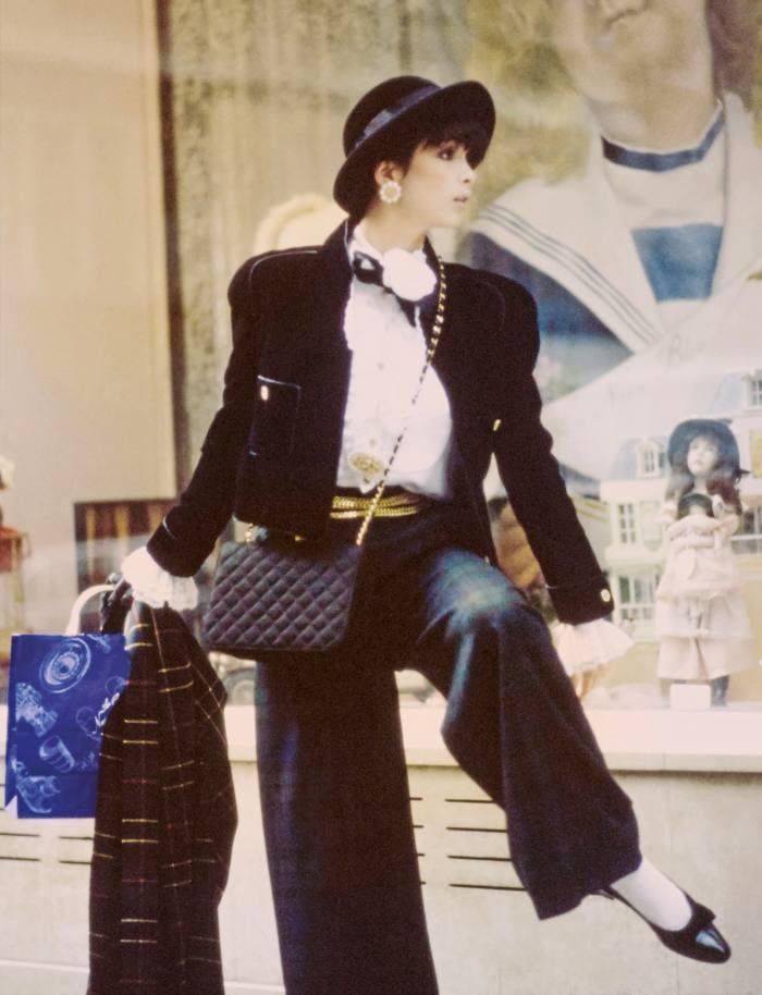 Model Linda Spierings wears a velvet Chanel jacket in1984