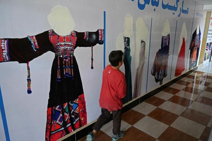 Visages peints sur des images de femmes dans un magasin de Kaboul après la prise de contrôle des talibans.