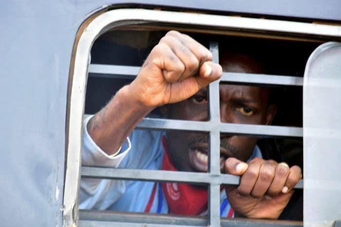 Bobi Wine en un coche de policía en el distrito de Luuka, en el este de Uganda: