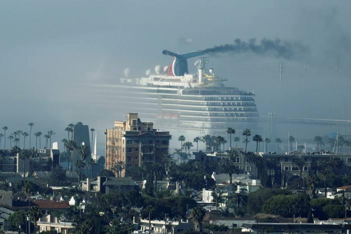 邮轮狂欢节上的狂欢节长滩港口在加利福尼亚。嘉年华(Carnival)是世界上最大的邮轮公司之一,每月花费10亿美元来维持其船队
