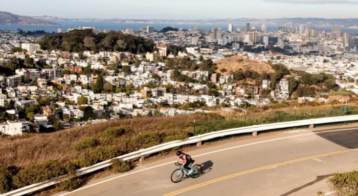 donna in sella a una bicicletta