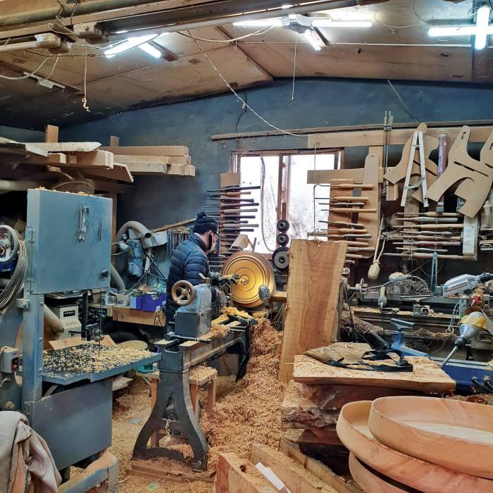 Sukkeun Kang carving wood
