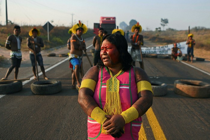 Falando: Membros da tribo Kayapó bloqueiam rodovia no estado do Pará para protestar contra o desmatamento e a falta de apoio do governo durante a pandemia de Covid-19