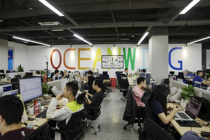 کارگران در آنکر در شنژن.  این شرکت در ماه آگوست 8 میلیارد دلار لیست کرد