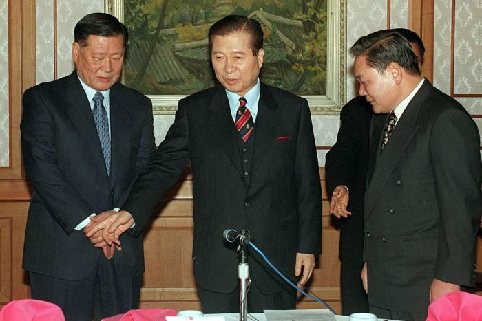 'Chaebol' headsChey Jong-hyonof SK Group, left, and Lee Kun-hee of Samsung, right, with then president-elect Kim Dae-jung in 1998. Lee resigned under a cloud of financial crimes in 2008 and died in 2020