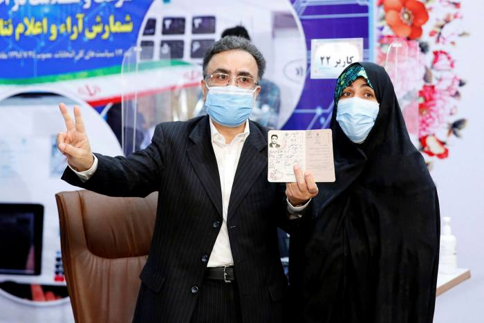 Mostafa Tajzadeh and his wife while registering for the Iranian presidential elections on May 14, 2021