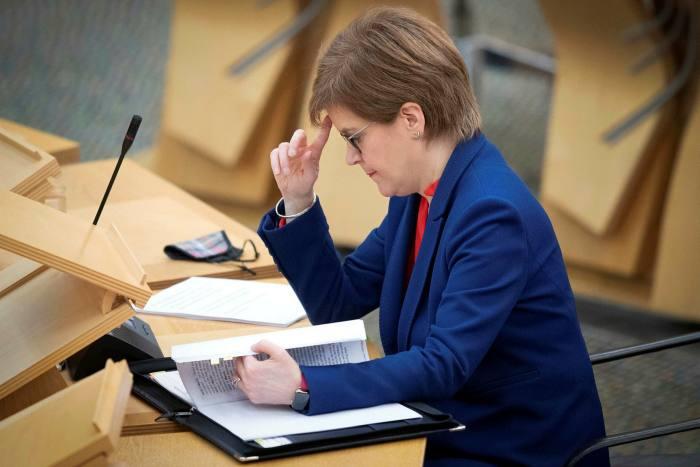 Nicola Sturgeon a nié avoir trompé le Parlement et le gouvernement a déclaré que les conseils juridiques montraient de bonnes raisons de défendre le processus d'enquête contre la contestation judiciaire de Salmond