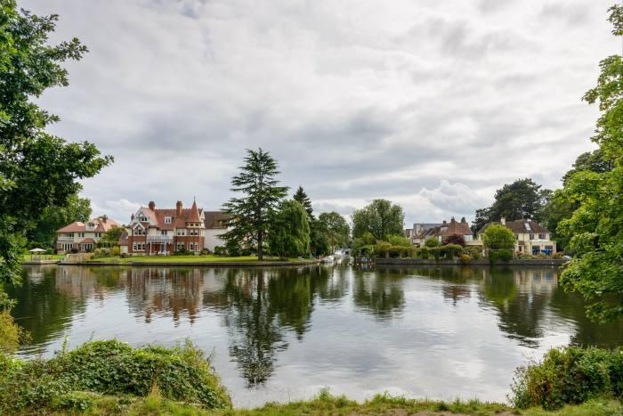 Huit des dix recherches de zoopla les plus courantes pendant le verrouillage concernaient des propriétés dans la banlieue sud de la capitale, telles que Teddington (photo)