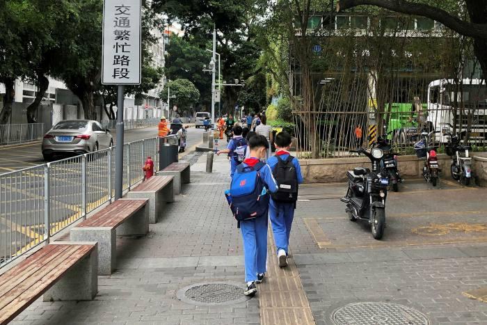 I bambini lasciano la scuola a Shenzhen, Cina