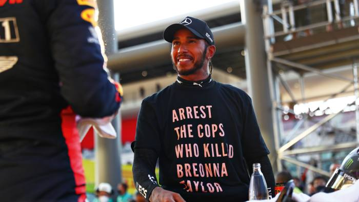 Lewis Hamilton wears aT-shirt intribute to Breonna Taylor