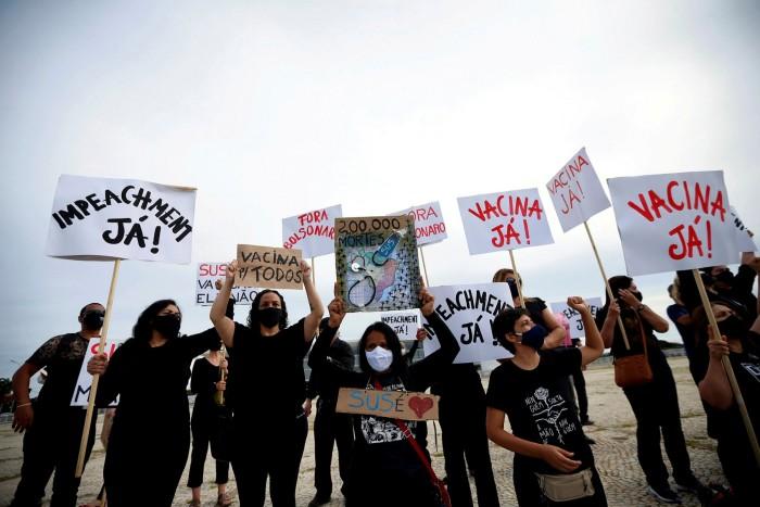 Manifestantes em Brasília dão sinais de busca por vacinas e críticas de Jair Bolsanaro ao manejo da epidemia