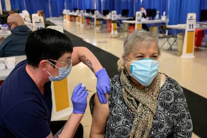 Un travailleur de la santé administre le vaccin Pfizer/BioNTech Covid-19 dans une clinique de Morgantown, en Virginie-Occidentale