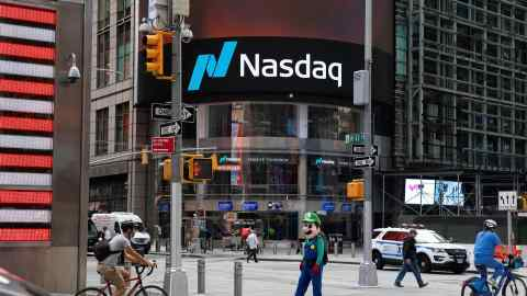 US stocks rise on signs of global economic recovery