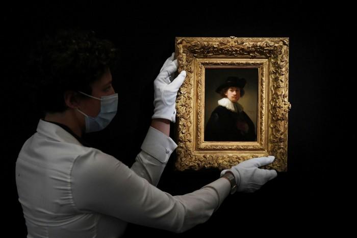 Un gallerista attacca un selfie di Rembrandt.  Le famiglie più ricche incanalano i risparmi accumulati durante la pandemia in azioni, criptovalute, borse Louis Vuitton e professori olandesi.