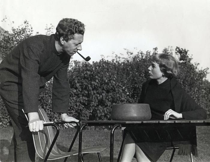 Nanna et Jørgen Ditzel avec leurs dessins en bois, 1955