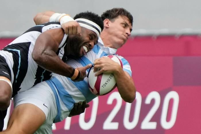 Argentinský Luciano Gonzalez a Filimonie Potito z Fidži bojují o míč Deromge TJ Rugby Rugby Sevens Olympic Semifinále