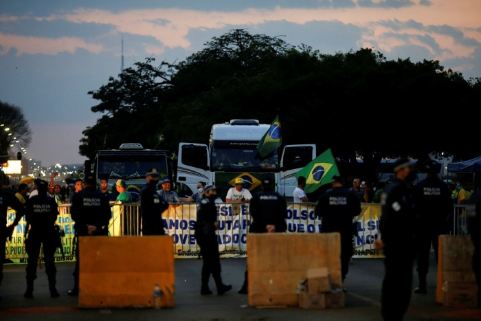 Police officers bar truck drivers and Bolsonaro supporters from entering the headquarters of Brazil's Supreme Court on September 8