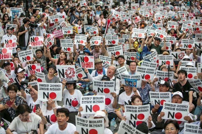 Manifestantes en Seúl se manifiestan contra la eliminación de Corea del Sur por parte de Japón de una lista de socios comerciales confiables en 2019