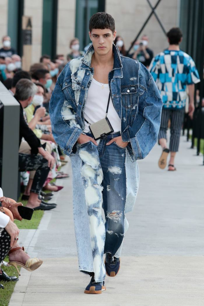 Dolce & Gabbana denim jacket, £ 2,350, tank top, £ 145, jeans, £ 1,300 and sneakers, £ 625
