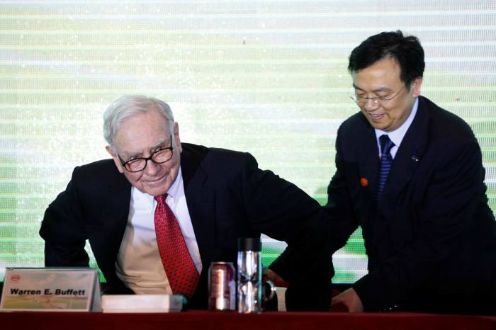 American investor Warren Buffett and BYD founder Wang Chuanfu attend a news conference in Shenzhen city in 2010