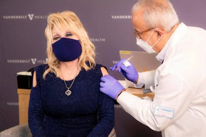 Dolly Parton a fait un don de 1 million de dollars à l'Université Vanderbilt en avril dernier pour financer la recherche sur les remèdes contre le coronavirus