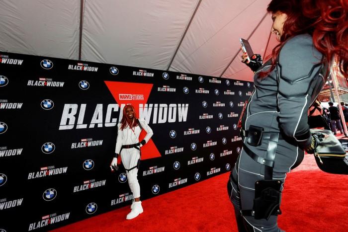 I fan stanno alla proiezione di Black Widow a Los Angeles