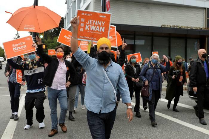 El nuevo líder del Partido Demócrata, Jagmeet Singh, se reúne con sus partidarios durante su gira de campaña electoral en Vancouver.