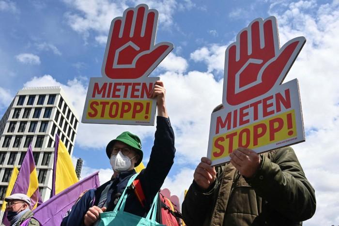 I manifestanti portano cartelli con le parole