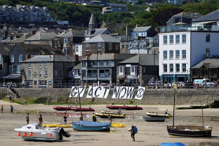 Cornovaglia, Inghilterra, dove la copertura stampa della riunione dei leader del G7 della regione ha ispirato una nuova ondata di perquisizioni domiciliari nel pittoresco sud-ovest.