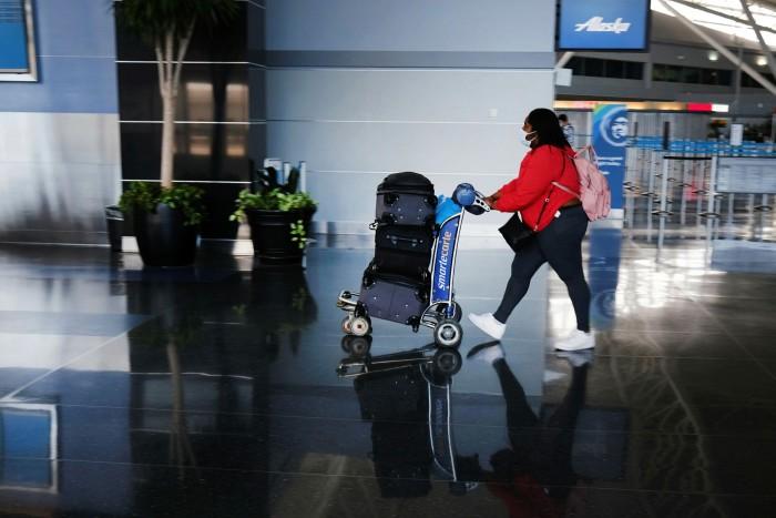 Un pasajero camina a través de una terminal en el aeropuerto John F Kennedy de Nueva York