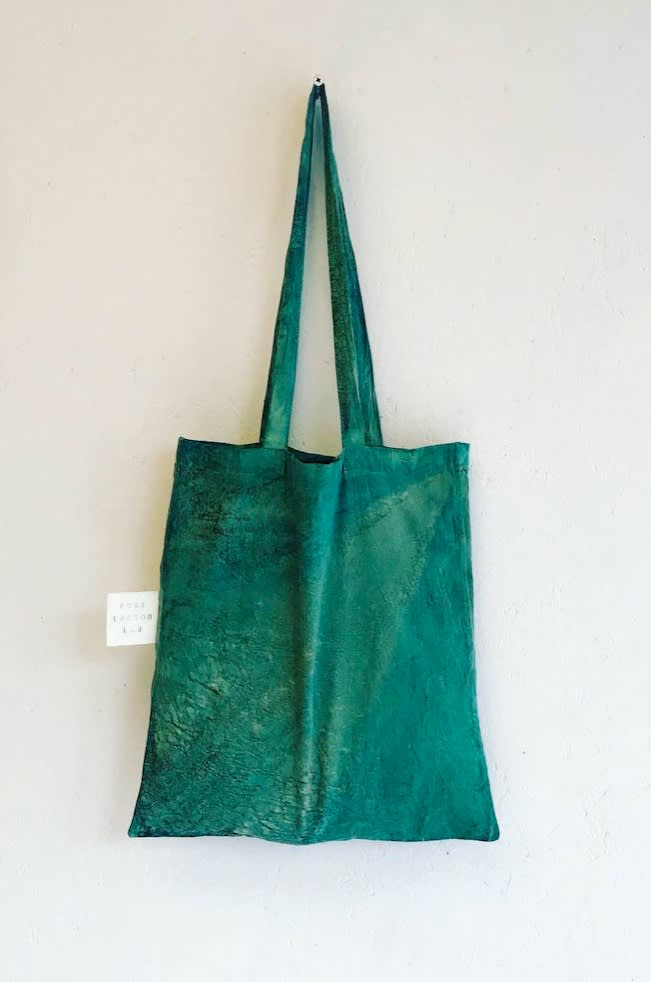 An upcycled organic cotton tote with photosynthetic coating