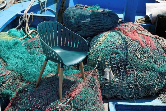 Chaise DuraOcean de ScanCom International, faite de granulés de déchets océaniques