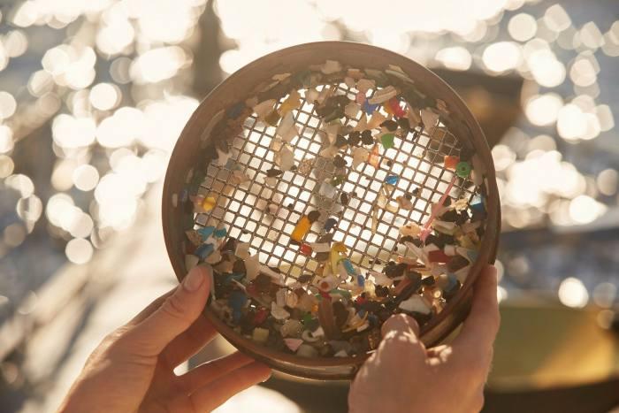 De minuscules fragments de plastique tirés de la mer par Studio Swine
