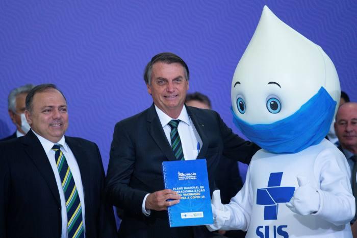 Former health minister Eduardo Pazuello, left, and President Jair Bolsonaro at the launch of Brazil's Covid vaccination plan in December 2020